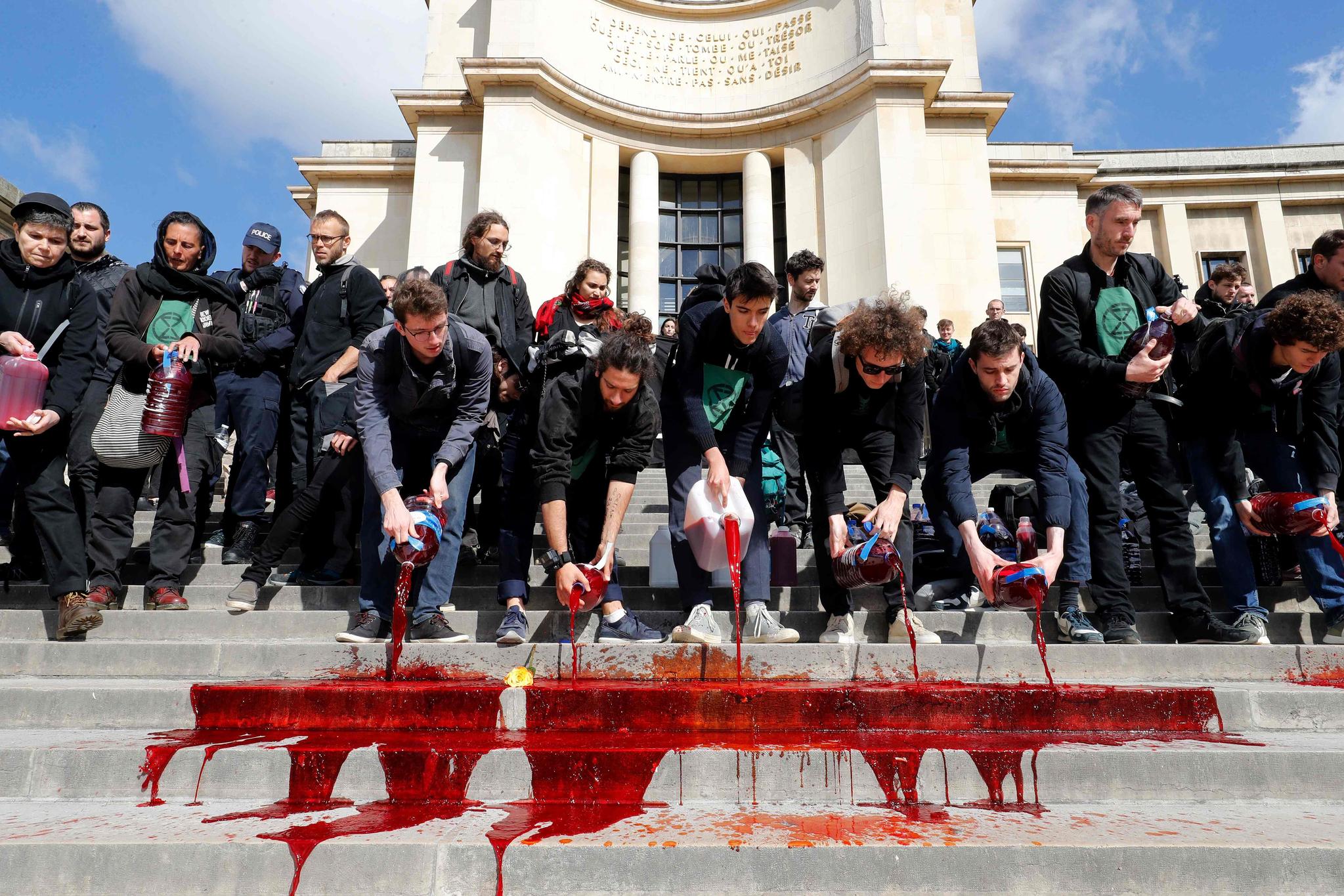 시위대는 식용 색소와 옥수숫가루가 혼합된 약 300ℓ의 붉은 액체를 샤오궁 계단에 쏟았다. [AFP=연합뉴스]
