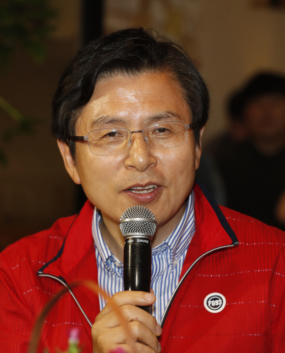 황교안 자유한국당 대표가 14일 오후 대전 중구 자유한국당 대전시당 옆 한 카페에서 대학생들과 토크콘서트를 하고 있다. [뉴스1]