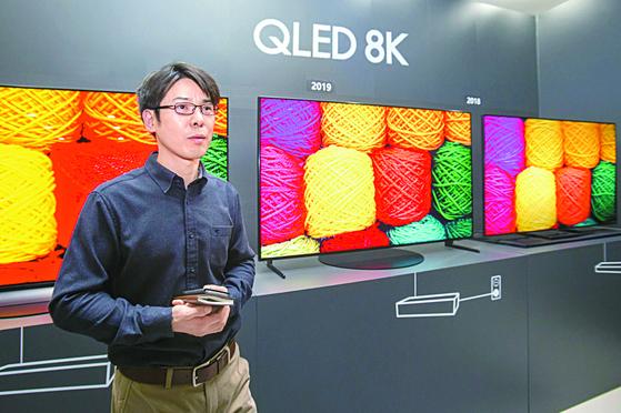 """삼성전자가 지난 2월 8일 경기도 수원에 위치한 삼성디지털시티에서 TV 시장 전망과 2019년형 삼성 'QLED 8K' 핵심 기술 설명회를 했다. 삼성전자 연구원이 2019년형 QLED 8K의 화질을 시연하고 있다. 삼성전자는 당시 """"QLED 8K는 입력되는 영상의 화질에 상관없이 8K 수준의 시청 경험을 제공하며, 새로운 화질 기술이 적용돼 한층 개선된 블랙 표현과 시야각이 좋다""""고 설명했다. [사진=삼성전자]"""