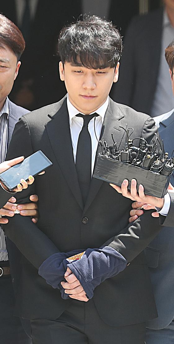 가수 승리가 14일 오후 서울 서초구 서울중앙지방법원에서 열린 구속 전 피의자심문(영장심사)을 마치고 법원청사를 나서고 있다. [뉴스1]