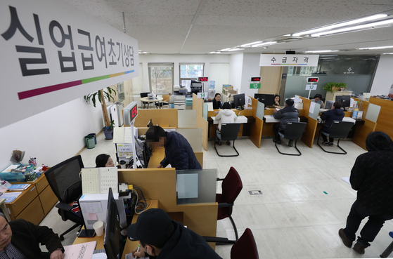 서울 중구 서울지방고용노동청에서 실업자들이 실업급여 상담을 받고 있다.[뉴스1]
