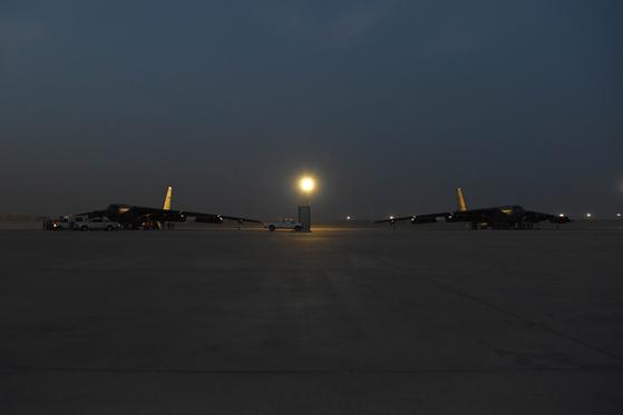 미국이 중동지역에 긴급배치한 B-52 2대가 지난 8일 카타르의 알 우데이드 공군기지에 도착했다. [사진 미 공군]