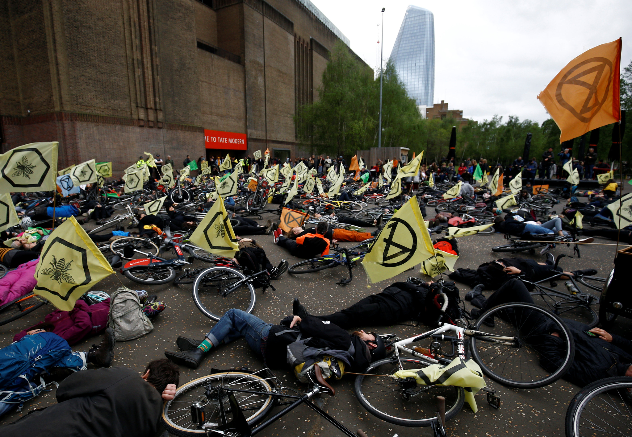 자전거 탄 시위대가 지난달 28일(현지시간) 영국의 런던 테이트 모던(Tate Modern)에서 열린 시위에 참여해 누워있다. [로이터=연합뉴스]