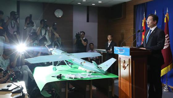 문상균 국방부 대변인이 2017년 6월 서울 국방부 브리핑룸에서 북한 소형 무인기 조사 결과를 발표하고 있다. [중앙포토]