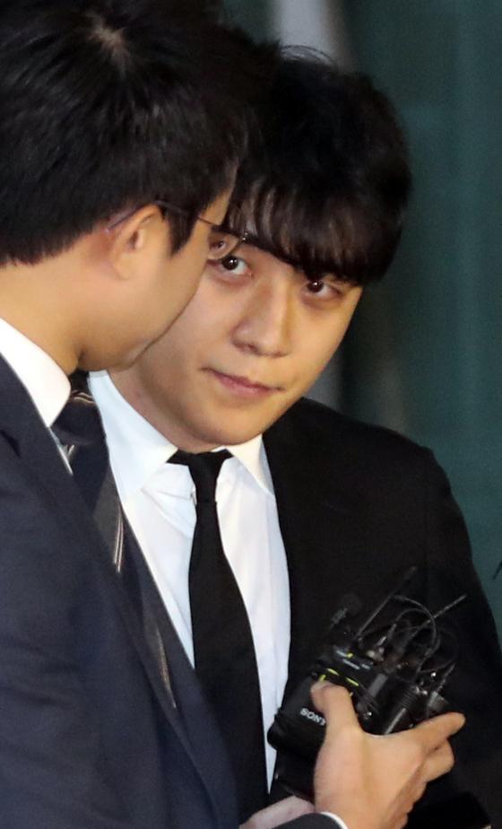 구속영장이 기각된 가수 승리가 14일 밤 서울 중랑경찰서를 나서고 있다.[연합뉴스]
