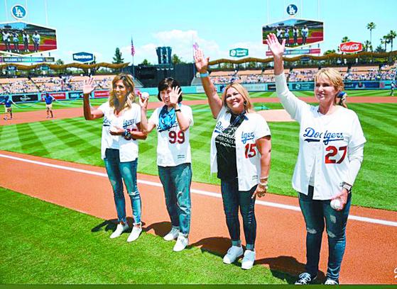 미국 '어머니의 날'인 13일 다저스타디움에서 시구자로 나선 류현진의 모친 박승순씨(왼쪽 둘째) 등 선수들 어머니. [사진 다저스 트위터]