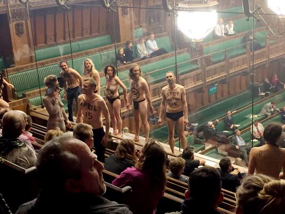 지난달 1일 브렉시트가 논의 중이던 영국 의회 방청석에서 알몸 시위를 벌이고 있는 멸종저항 시위대. [EPA=연합뉴스]