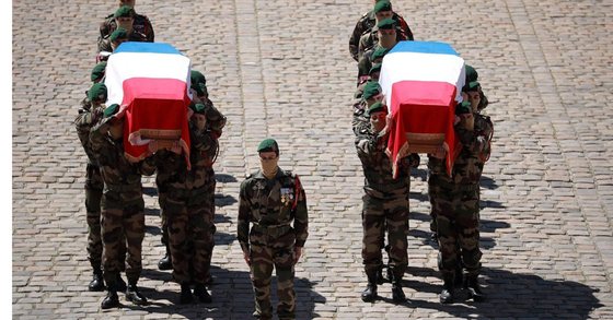 전우들의 손에 운구되는 두 군인의 관. [AFP=연합뉴스)]