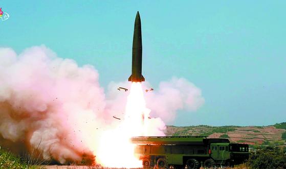 지난 4일 '북한판 이스칸데르' 미사일로 추정되는 전술유도무기가 날아가는 모습. [사진 조선중앙TV=연합뉴스]