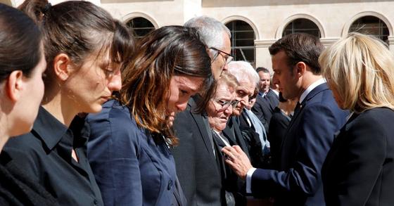 두 군인의 장례식에서 슬퍼하는 유족을 위로하는 에마뉘엘 마크롱 프랑스 대통령 부부. [AFP=연합뉴스]