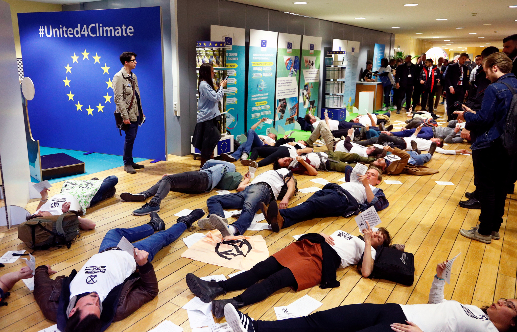 지난 4일(현지시간) 벨기에 브뤼셀에 위치한 EU(유럽연합)본부에서 EU(유럽연합) 집행위원회가 열린 첫날, 멸종저항' 회원들이 환경 문제에 대한 EU의 적극적인 행동을 촉구하기 위해 EU본부 건물 안 바닥에 누운 상태로 구호를 외치고 있다. [로이터=연합뉴스]