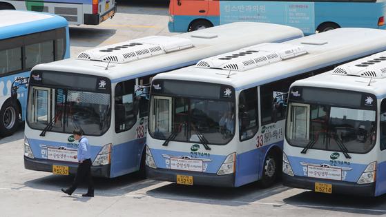 버스 파업 예정일을 하루 앞둔 14일 부산 연제구 한 버스 공영차고지에 시내버스들이 주차돼 있다. 송봉근 기자