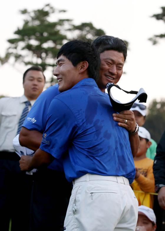 강성훈이 2013년 CJ 최경주 인비테이셔널 우승 후 최경주와 포옹하는 모습. [중앙포토]