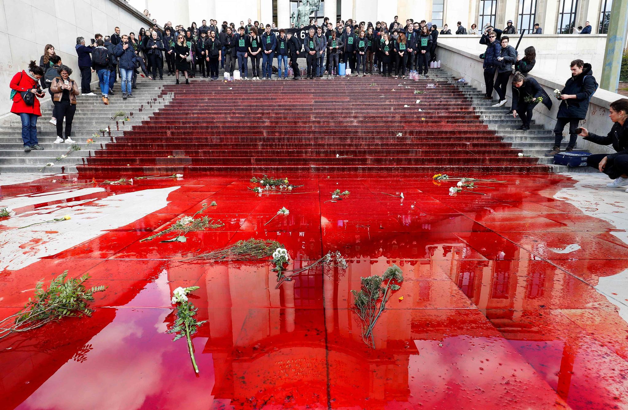 가짜 피가 뿌려진 바닥에 꽃이 놓여져 있다. [AFP=연합뉴스]