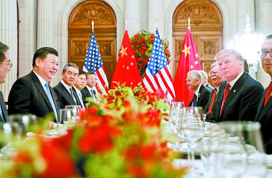 지난해 12월 아르헨티나 부에노스 아이레스에서 열린 미국과 중국의 정상회담에서 시진핑 중국 국가주석(왼쪽 두번째)과 도널드 트럼프 미국 대통령(오른쪽 두번째)이 대화하고 있다.[AP=연합뉴스]