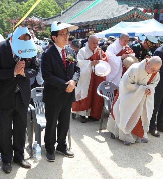 황교안 자유한국당 대표가 부처님오신날인 12일 오후 경북 영천시 은해사를 찾아 봉축 법요식에 참석하고 있다. [연합뉴스]