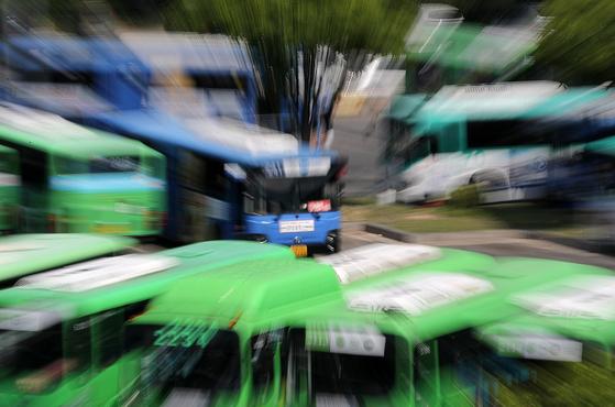 전국 버스노조 총파업을 하루 앞둔 14일 오후 서울 중랑공영차고지에 버스가 주차돼 있다. [뉴스1]
