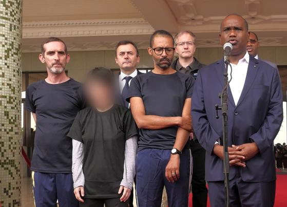 알파 배리 부르키나파소 외교장관(오른쪽)이 11일(현지시간) 수도 와가두구의 대통령 집무실에서 납치됐다 프랑스 특수부대에 의해 구출된 한국인 여성(왼쪽 두번째), 프랑스인 파트리크 피크(왼쪽), 로랑 라시무일라스(왼쪽 세번째)와 함께 기자들을 만나 설명하고 있다. [연합뉴스]