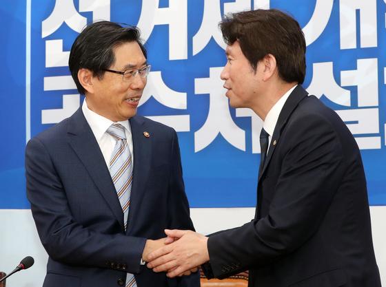 박상기 법무부 장관이 13일 이인영 더불어민주당 원내대표를 예방하고 있다. [뉴스1]
