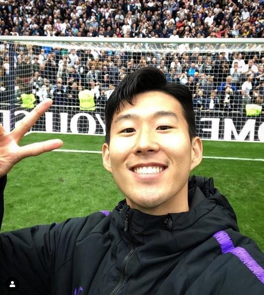 토트넘 손흥민이 13일 프리미어리그 최종전이 끝난뒤 토트넘 팬들을 배경으로 셀카를 찍고 있다. 손흥민은 토트넘 팬클럽이 선정한 올해의 선수, 올해의 골 등 4관왕에 올랐다.
