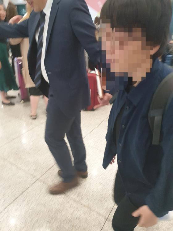 14일 오후 4시40분쯤 부르키나파소에서 무장세력에 납치됐다 구출된 40대 여성 장모씨가 인천국제공항을 나오고 있다. 이후연 기자