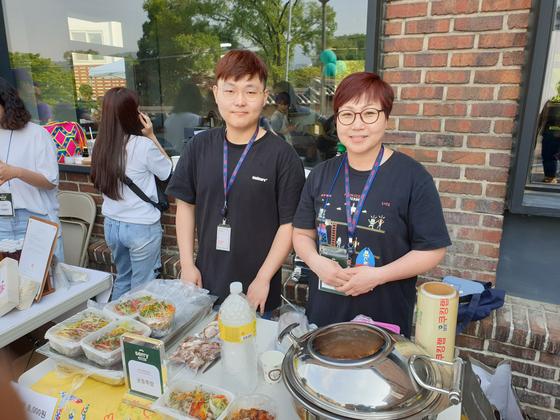 지난 11일 열린 위쿡 플리마켓에 윤경자(오른쪽)씨와 아들이 '궁중족발팀'으로 참가했다. 김정민 기자