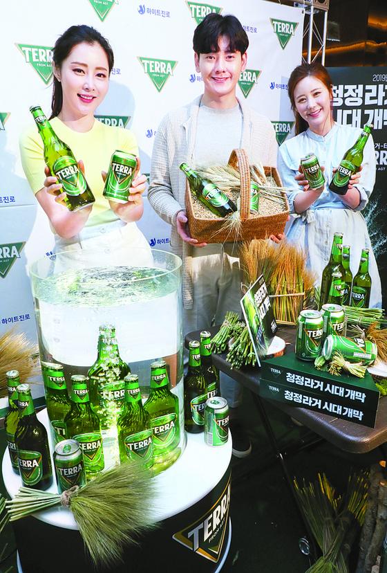 하이트진로가 지난 3월 출시한 맥주 신제품 '테라(TERRA)'. 호주 청정지역 골든트라이앵글 지역의 맥아를 100% 사용한 '테라'는 라틴어로 흙, 대지, 지구를 뜻한다. [연합뉴스]