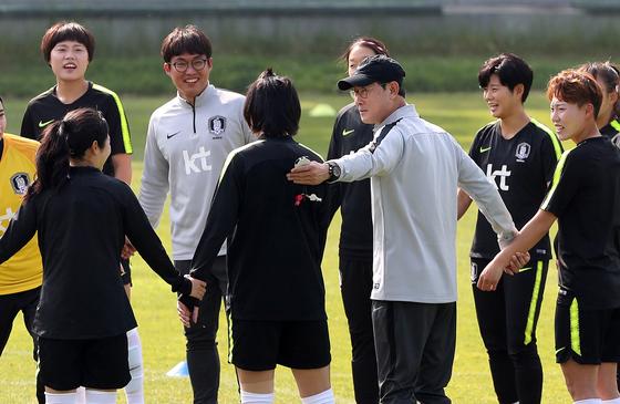 여자축구대표팀 윤덕여 감독(오른쪽 네 번째)와 선수들이 훈련하며 활짝 웃고 있다. [뉴스1]