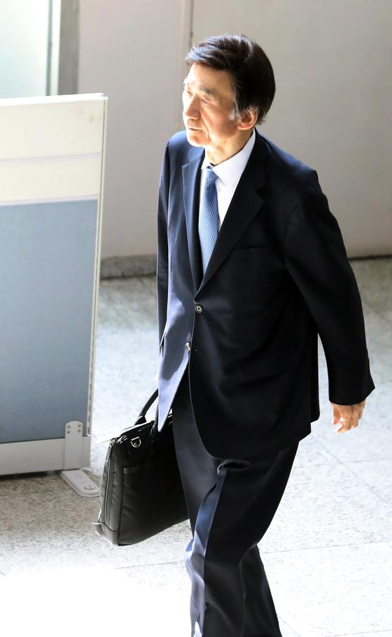 윤병세 전 외교부장관이 14일 오후 서울중앙지방법원에서 열린 임종헌 전 법원행정처 차장 공판에 증인으로 출석하고 있다. [뉴스1]