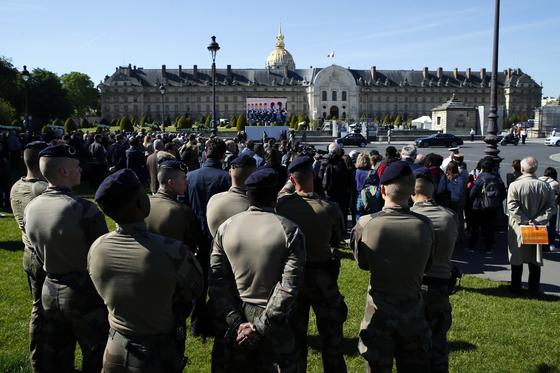 피랍자를 구하다 숨진 두 군인의 영결식이 열리는 행사장 주변에는 군인 등 공직을 담당하는 이들이 나와 국가에 대한 의무의 의미를 되새겼다. [AP=연합뉴스]