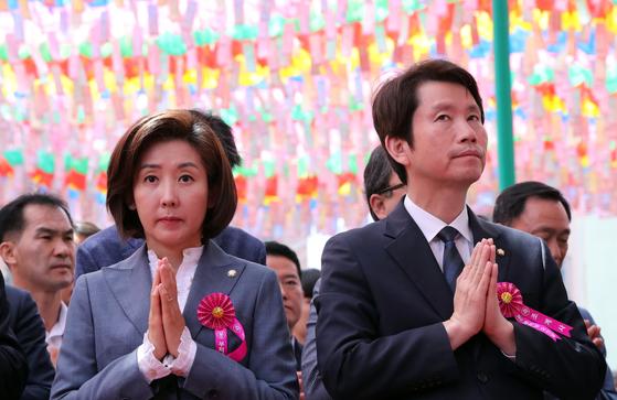 부처님오신날인 12일 오전 서울 종로 조계사에서 봉축법요식이 열렸다. 이날 하고 있다. 이날 참석한 나경원 자유한국당 원내대표(왼쪽)와 이인영 더불어민주당 원내대표가 합장하고 있다. 김경록 기자