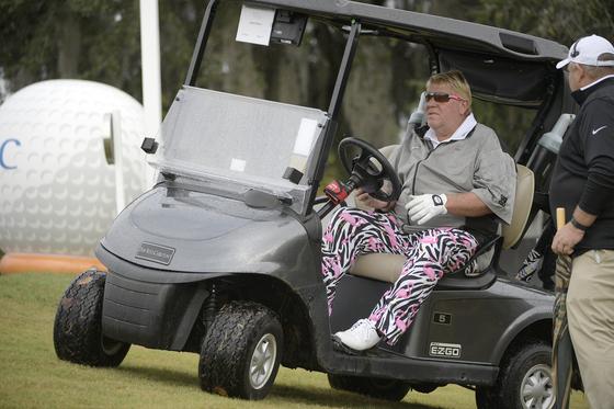 지난해 시니어 투어 대회에서 카트를 타고 있는 존 댈리. [AP]