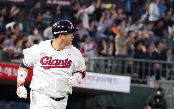 롯데 4번 타자 이대호가 홈런포를 쏟아내기 시작했다. 14일 부산 LG전에서 홈런을 치고 베이스를 도는 이대호. [뉴스1]