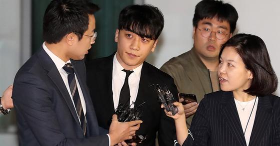 구속영장이 기각된 승리가 14일 밤 서울 중랑경찰서를 나서고 있다. [뉴시스]