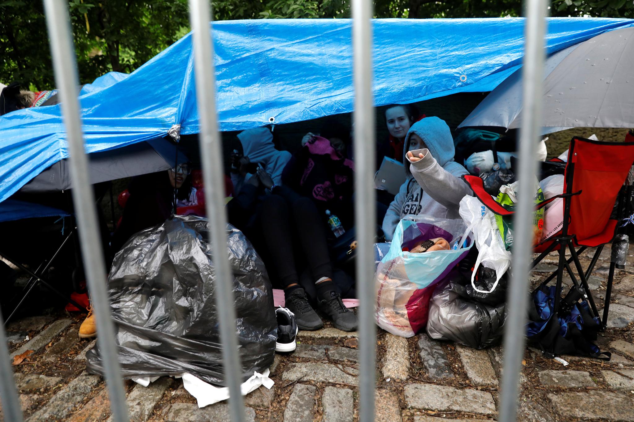14일 뉴욕 센트럴 파트에서 방탄소년단 팬들이 하룻밤을 보내기위해 간이 텐트를 설치했다. [로이터=연합뉴스]