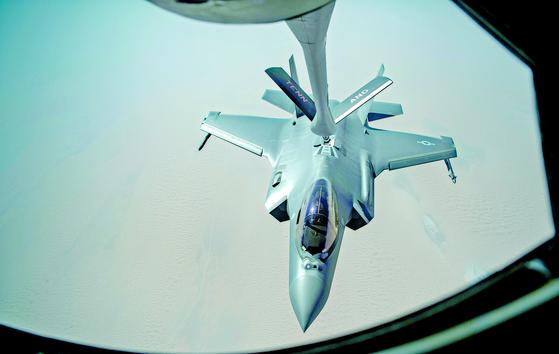 """미 공군은 중동 인근 상공에서 공중급유 중인 F-35A 스텔스기의 사진을 잇따라 공개했다. 하루 뒤 미 공군 대변인은 '이들 폭격기가 중동 지역에서 억제 임무를 수행하는 비행을 시작했다""""고 밝혔다. [AP=연합뉴스]"""