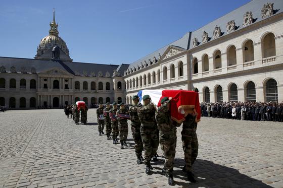 """프랑스 특수요원들이 전사한 동료들의 관을 옮기는 동안 앵발리드 광장에 도열한 군인들이 """"어머니를 만나거든 용서를 구해달라""""는 내용의 송가를 불렀다. [AP=연합뉴스]"""