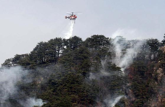 지난 4월 4일 오후 강원 인제군 남면 남전리 산불현장에 투입된 산림청헬기가 진화 작업을 하고있다. [뉴시스]