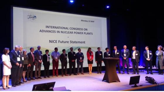 13일(현지시간) 프랑스 남부 주앙 레 팡(Juan-Les-Pins)에서 열린 원전 선진화 국제회의(ICAPP·International Congress on Advances in nuclear Power Plants)에서 우리나라를 포함한 전 세계 42개 원자력학회 관계자들이 기후변화 대응을 위해 '원자력 이용을 촉진하라'는 공동선언을 하고 있다. [사진 한국원자력학회]