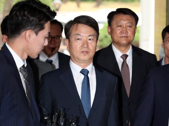 강신명(사진 가운데), 이철성 전 경찰청장(사진 오른쪽)이 15일 영장실질심사를 받기 위해 서울중앙지법에 들어서고 있다. 최정동 기자