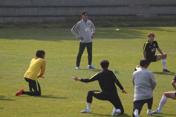 여자축구대표팀 훈련을 지켜보는 윤덕여 감독. [연합뉴스]