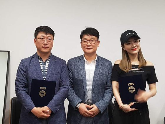 왼쪽부터 'KBS미디어 유지혁PD, 뷰티앤팩토리 오창렬대표, 왕홍 웨이야' 가 출연 및 업무협약을 체결한 후 기녕촬영을 하고 있다.