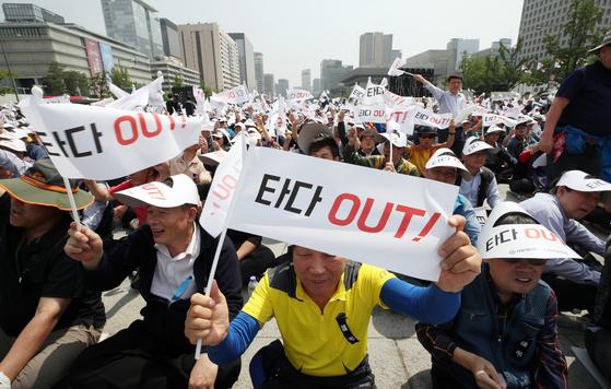 서울개인택시운송사업조합 소속 택시기사들이 15일 오후 서울 종로구 광화문 광장에서 열린 '타다 퇴출' 집회에서 구호를 외치고 있다.[연합뉴스]
