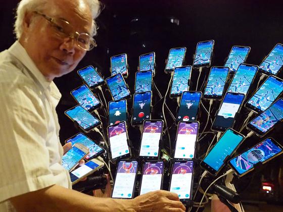 70살의 첸 산 위안이 지난 14일 대만 신타이베이 시에서 자전거에 장착된 핸드폰을 보여주고 있다. [EPA=연합뉴스]
