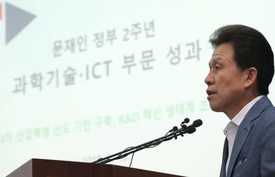 전성배 과학기술정보통신부 기획조정실장이 지난 13일 정부과천청사에서 문재인 정부 2주년 '과학기술·ICT 성과'를 발표하고 있다. [연합뉴스]