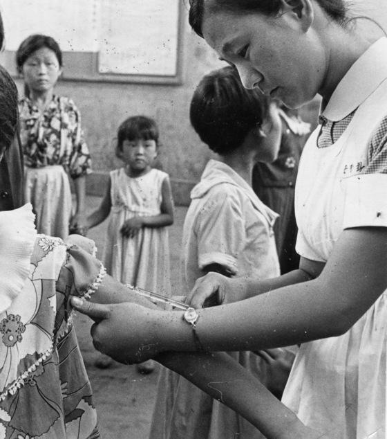 1960년대 어린이 예방접종 모습이다. [중앙DB]