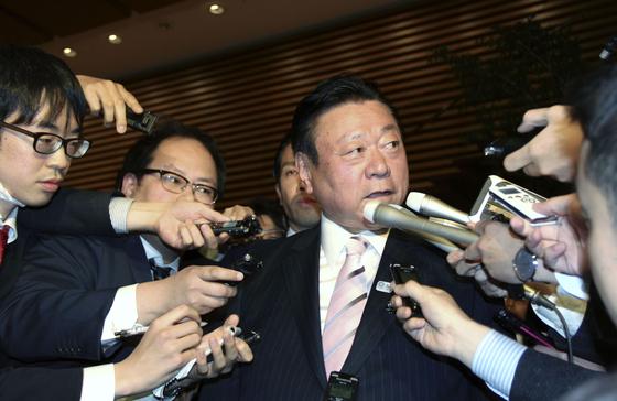 사쿠라다 요시타카 일본 올림픽담당상이 지난달 10일 총리 공관에서 사표를 제출한 뒤 기자들에 둘러싸여 있다. [교도=연합뉴스]