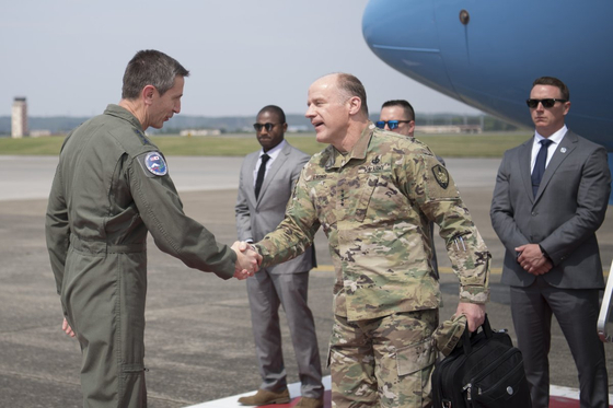 스티브 라이언스 미 수송사령부 사령관(오른쪽 앞)이 지난주 일 요코타 기지에서 케빈 슈나이더 주일미군 사령관과 악수를 나누고 있다. [주일미군 트위터]