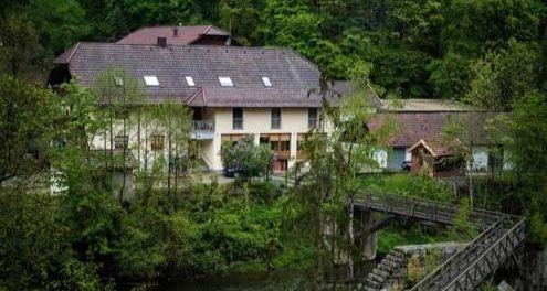 석궁에 맞아 숨진 투숙객 3명이 발견된 독일 호텔. [dpa=연합뉴스]