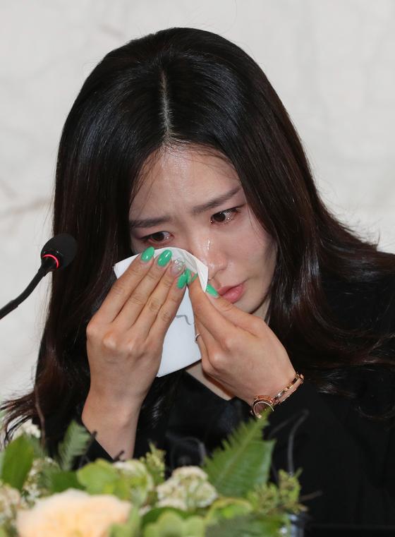 '빙속여제' 이상화가 16일 오후 서울 중구 더플라자호텔에서 열린 공식 은퇴식 및 기자간담회에서 인사말을 시작하며 벅차오르는 감정에 흐르는 눈물을 훔치고 있다. [뉴스1]